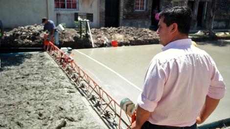 El Municipio comenzó con el volcado hormigón para pavimento