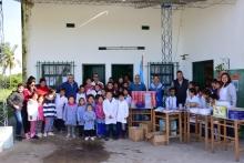 El Municipio entrega elementos a una distante escuela rural