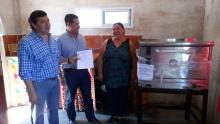 El Jefe Comunal de Curuzú y el Subsecretario de Industria entregaron un horno industrial a una vecina