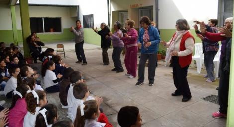 Adultos mayores del Club de Día regalaron emociones en la Escuela 471