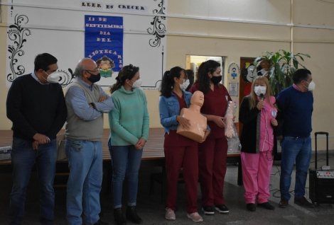 El Intendente Irigoyen entregó una camilla y elementos de practica de RCP a alumnos de Enfermería del ISCC