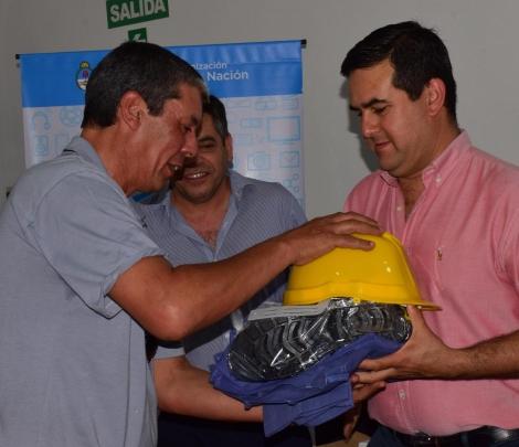 Irigoyen entregó indumentaria para alumnos del curso de instalación de gas natural